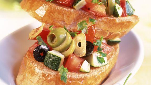 Rezept: Bruschetta mit Oliven, Tomaten und Zucchini