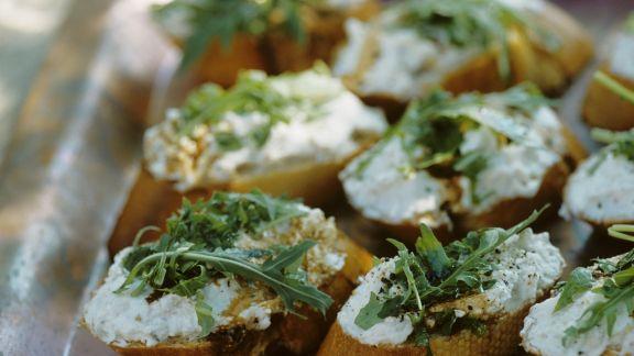 Rezept: Bruschetta mit Ziegenfrischkäse und Rucola