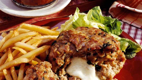 Rezept: Bulette mit Käsefüllung, Pommes und Chutneys
