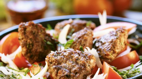 Rezept: Buletten auf Zwiebel-Tomaten-Salat