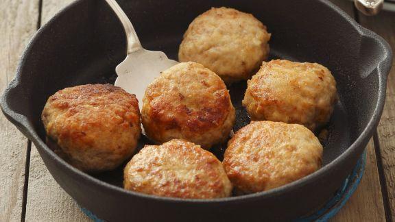 Rezept: Buletten aus Geflügel und Schweinefleisch dazu Blaukrautsalat
