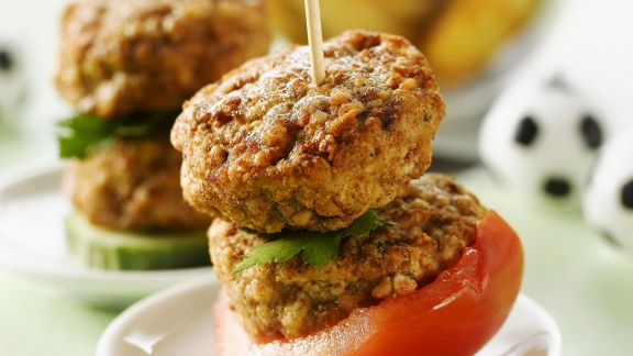 Rezept: Buletten-Spieße mit Tomaten und Country Potatoes