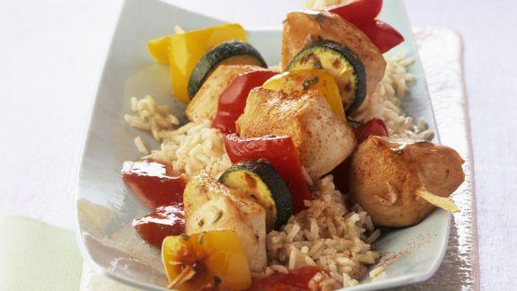 Rezept: Bunte Gemüse-Hähnchen-Spieße mit Tomatensugo