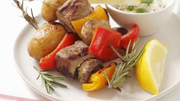Rezept: Bunte Spieße mit Schweinefilet, Paprika und Pilzen