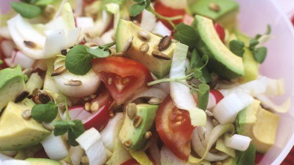 Rezept: Bunter Avocadosalat mit Sonnenblumenkernen