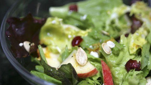 Rezept: Bunter Blattsalat mit Apfel und Kürbiskernen