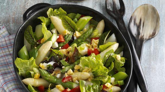 Rezept: Bunter Blattsalat mit Ei und Spargel