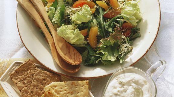 Rezept: Bunter Blattsalat mit Orangen, Sprossen und Gorgonzolasoße