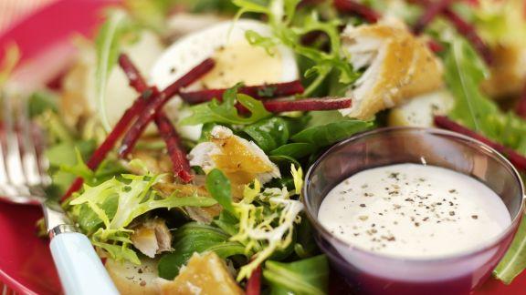 Rezept: Bunter Blattsalat mit Räuchermakrele