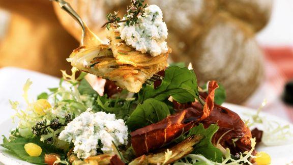 Rezept: Bunter Blattsalat mit Rösti und Frischkäsecreme