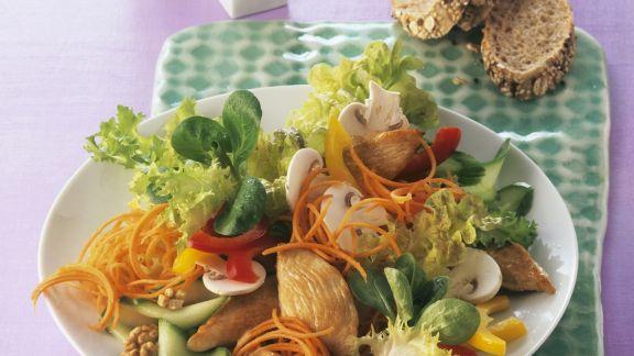 Rezept: Bunter Blattsalat mit Walnüssen und Hähnchen