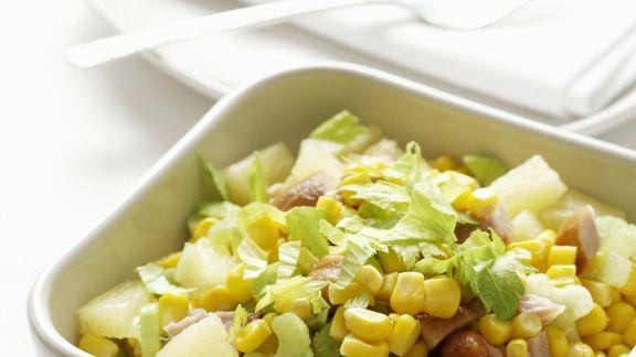 Rezept: Bunter Hähnchensalat mit Mais, Ananas und Sellerie