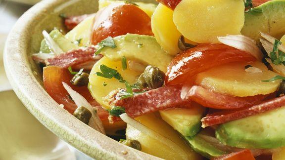 Rezept: Bunter Kartoffelsalat mit Avocado und Salami