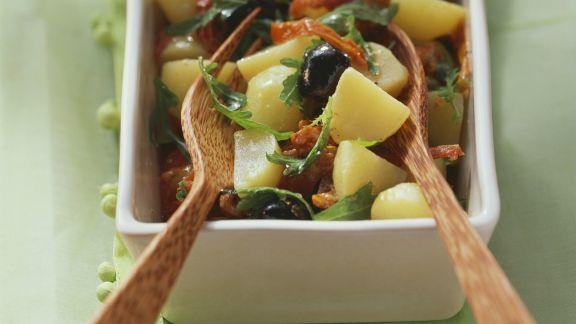 Rezept: Bunter Kartoffelsalat mit getrockneten Tomaten, Rucola und Oliven