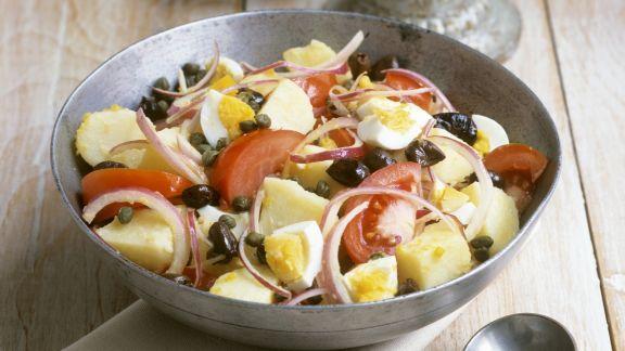 Rezept: Bunter Kartoffelsalat mit Tomaten, Eiern und Oliven