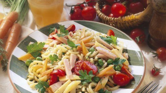 Rezept: Bunter Nudelsalat mit Kassler und Emmentaler