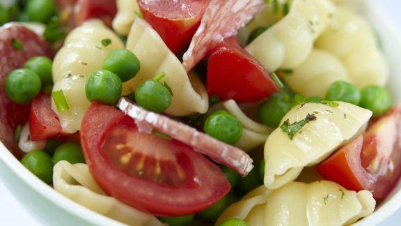 Rezept: Bunter Pastasalat mit Erbsen, Tomaten und Salami