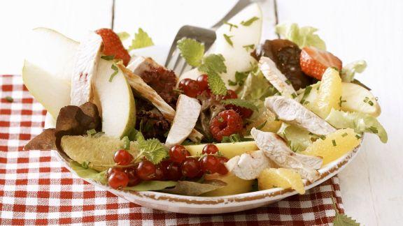 Rezept: Bunter Salat mit Beeren und Hähnchenbrustfilet