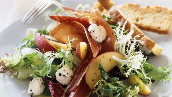 Rezept: Bunter Salat mit Büffelmozzarella, Schinken und Nektarinen