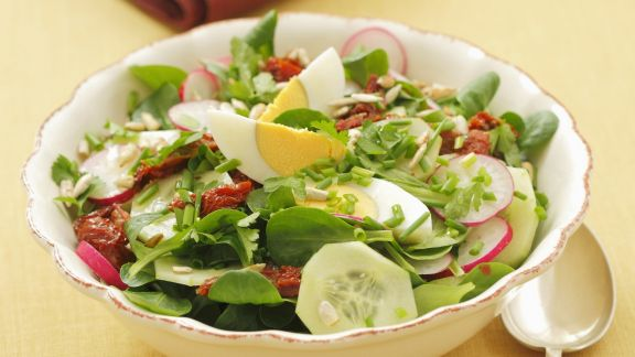 Rezept: Bunter Salat mit Ei, Gurke und getrockneten Tomaten