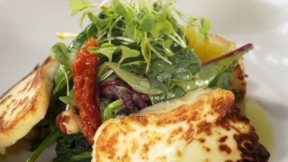 Rezept: Bunter Salat mit gegrilltem Halloumi