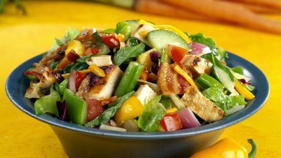 Rezept: Bunter Salat mit Gemüse, Bacon und Hähnchen