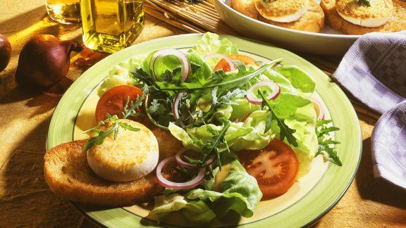 Rezept: Bunter Salat mit Käse-Crostini