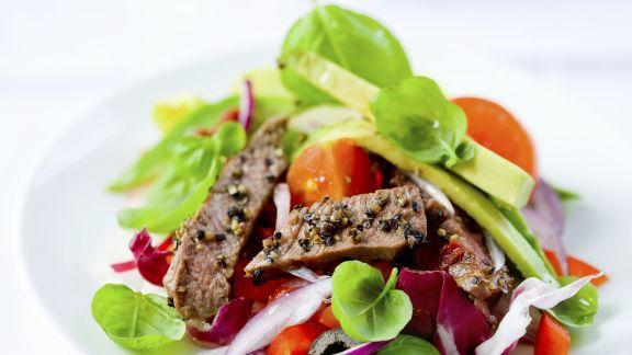 Rezept: Bunter Salat mit Rinderstreifen und Avocado
