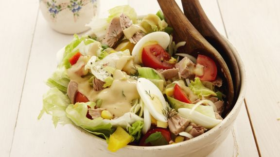 Rezept: Bunter Salat mit Thunfisch und Eiern