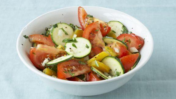 Rezept: Bunter Zucchinisalat