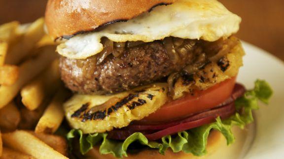 Rezept: Burger mit Ananas, Roter Bete und Spiegelei dazu Pommes frites