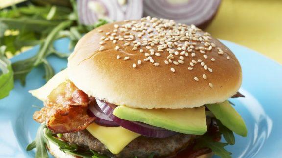 Rezept: Burger mit Avocado und Speck