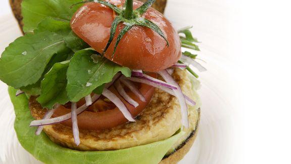Rezept: Burger mit Hirsebratling und Tomate