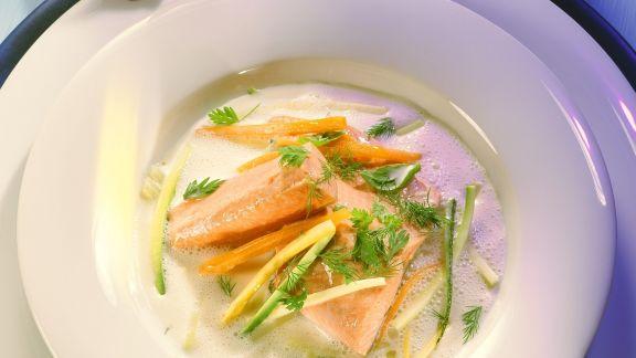 Rezept: Buttermilchsuppe mit Lachsforelle und Gemüsejulienne