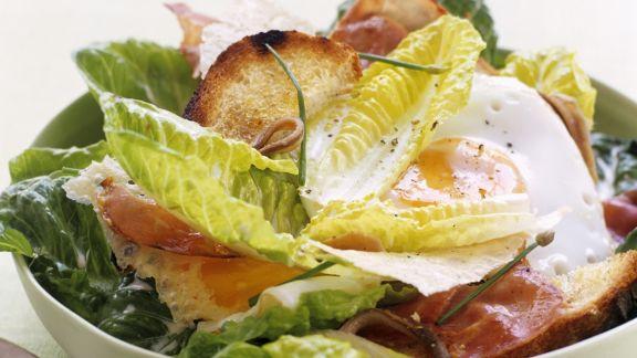 Rezept: Cäsar Salat mit Speckstreifen und Spiegelei