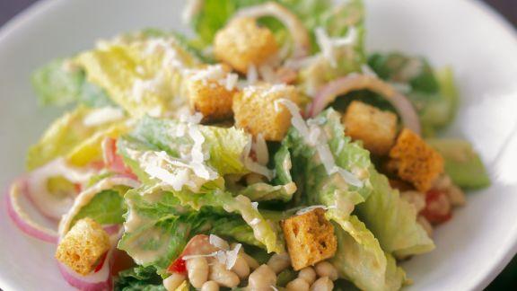 Rezept: Cäsar Salat mit weißen Bohnen und Zwiebeln