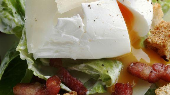 Rezept: Caesarsalat mit verlorenem Ei, Bacon und Croutons