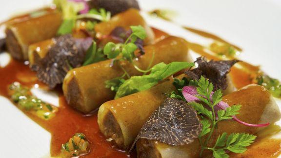 Rezept: Cannelloni aus Kartoffelteig mit Rinderbratenfüllung, Rotweinsoße und gehobeltem Trüffel