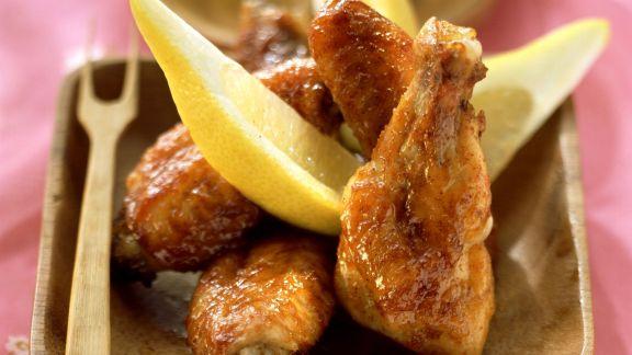 Rezept: Chicken Wings mit Erdnussdip und Zitronenvierteln