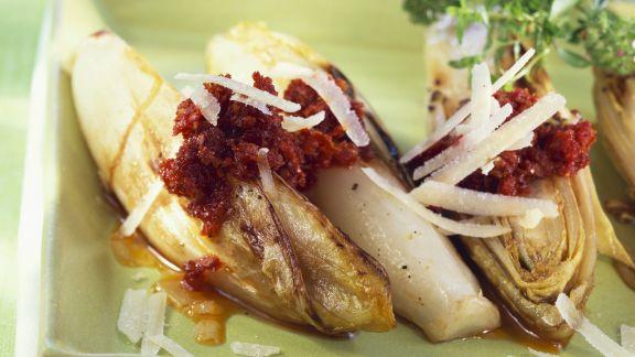 Rezept: Chicorée mit rotem Pesto und Parmesan