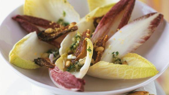 Rezept: Chicoréesalat mit luftgetrocknetem Speck (Pancetta)