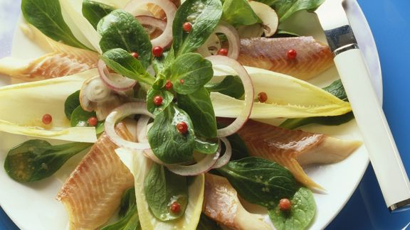Rezept: Chicoréesalat mit Räucherforelle
