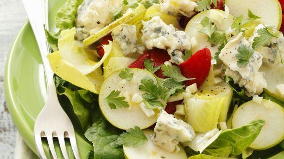 Rezept: Chicoréesalat mit Spinat, gegrillter Paprika, Gorgonzola und Birne
