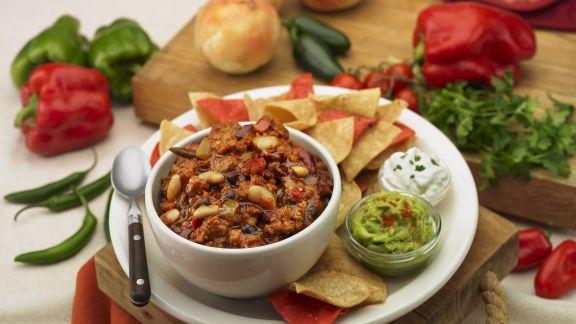 Rezept: Chili con Carne mit Chips, Avocadocreme und Sour Cream