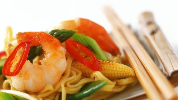 Rezept: Chili-Shrimps mit Porree, Mais und Eiernudeln