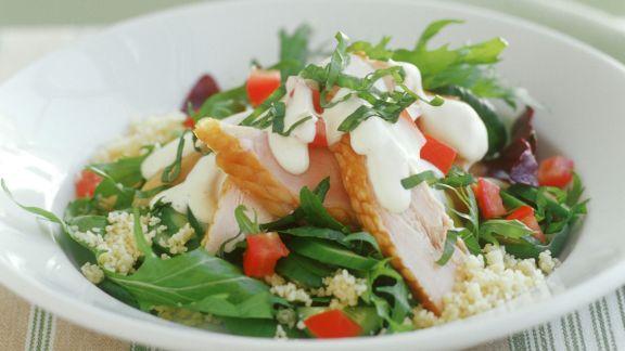 Rezept: Couscous-Rucola-Salat mit geräuchertem Hähnchenfilet