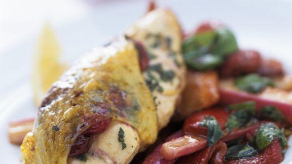 Rezept: Cranberry-Hähnchen auf Salat aus Paprika und Rhabarber