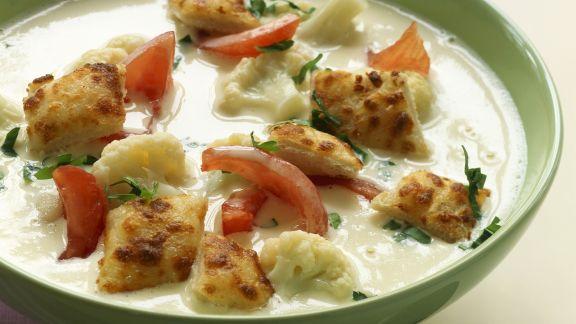 Rezept: Cremige Blumenkohlsuppe mit Tomaten und Croutons