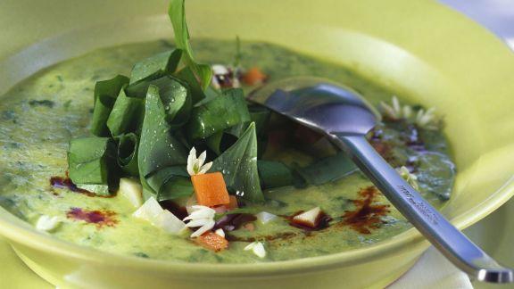 Rezept: Cremige Gemüsesuppe mit Kürbiskernöl und Bärlauch