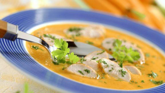 Rezept: Cremige Karottensuppe mit Putenbrust
